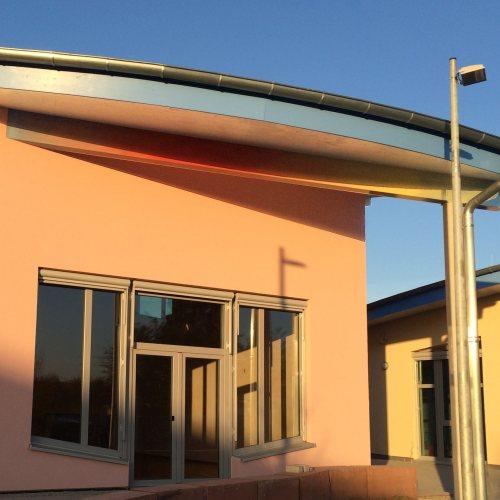 Maler Bielefeld, Fassaden: Farbwechsel an einem Leimbinder an einer Schule in Karlsruhe durch Stenner und Keitel