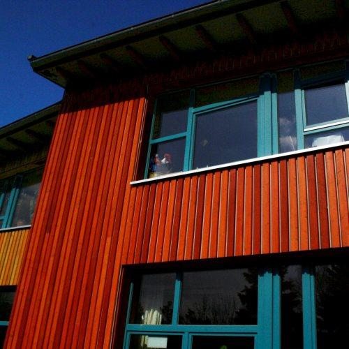 Maler Bielefeld, Fassaden-Gestaltung einer Holzfassade unter Verwendung von lasierenden Leinölfarben an der OGS der Waldorfschule in Bielefeld durch Stenner und Keitel